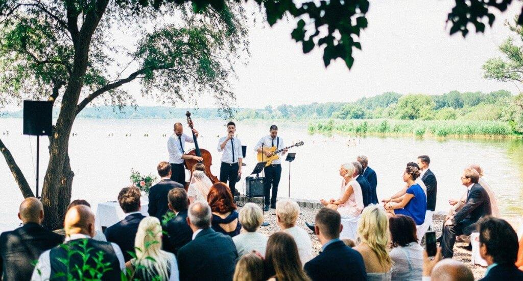 Freie Trauung mit Jazztrio vor einem See