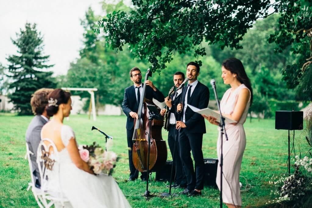 Hochzeitsband spielt zur Freien Trauung