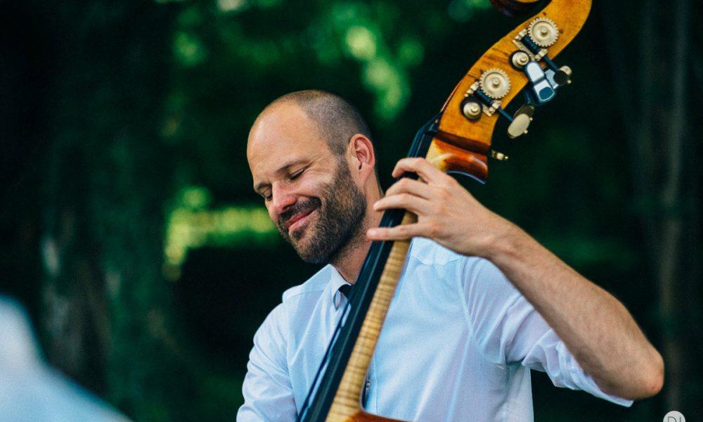 Bassist einer Geburtstagsband