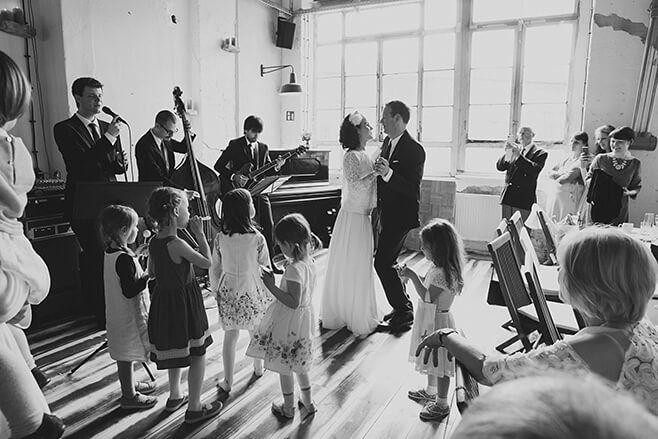 Trio spielt mit Sänger auf Hochzeit