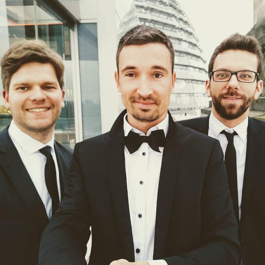 3 Musiker Band auf dem Reichstag Berlin